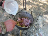 Закладываем в котелок свинину и слегка ее обжариваем