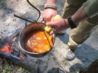 Картофеля лучше не разваривать, в бограче он должен быть мягким