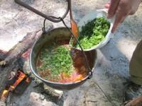 За две-три минуты до снятия котелка с костра, добавляем в бограч нарезанную зелень