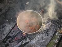 Положить в казан мясо, добавить нарезанную морковь, перемешать и обжаривать