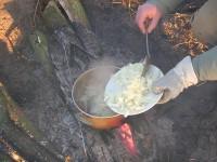 Вытащить все мясо и положить в казан весь приготовленный лук