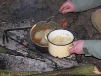 Закладываем шумовкой рис, чтобы он как можно меньше перемешался с зирваком