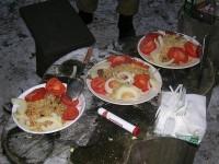 На тарелке плов выкладывают горкой, снизу рис, мясо и овощи отдельно сверху